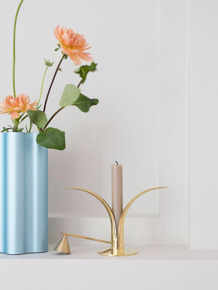 Vase,Nuage, fra Vitra, kr 1.990.Lysestake,Lily, fra Skultuna, kr 985.