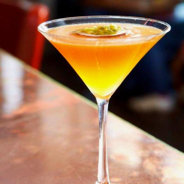 Pornstar Martini 2 cl bacardi superior 2 cl pasjonsfruktlikør (Joseph Cartron) 1,5 cl sitronjuice 1,5 cl sukkerlake 4 cl pasjonsfruktpuré eller juice 1 barskje vaniljesukker  Slik gjør du: Ha ingrediensene i en shaker. Rist hardt til alt er godt blandet. Sil innholdet ned i et cocktailglass. Serveres med en shot champagne.
