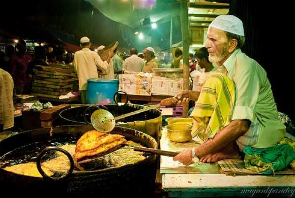 Be it any place in India, every city has a specialty, a street food variety that represents the city. If you're a Mumbaikar, chances are, the image that pops in your head is Vada Pav. Mumbai is arguably the street food paradise of India, and the ubiquitous Vada Pav is definitely not the only street food Mumbai is famous for. Here's a list of famous food joints in Mumbai with their specialties for people with discerning palates –