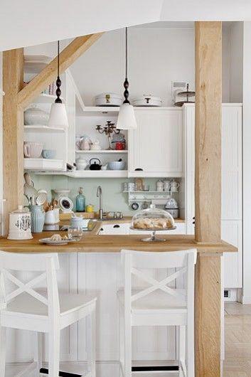 Naturalne drewno w aranżacji białej kuchni