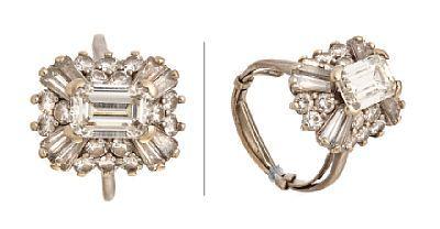 RING  Platina. Fattet med en trappeslipt diamant 2,20 ct, åtte trappeslipte diamanter 1,0 ct og 16 brillianter 1,0 ct. Totalvekt: 8,3 g. Antatt kvalitet: Top Crystal VVS, Wesselton VVS, VVS Det er satt på skinne for justering av størrelse.  STØRRELSE 52/54