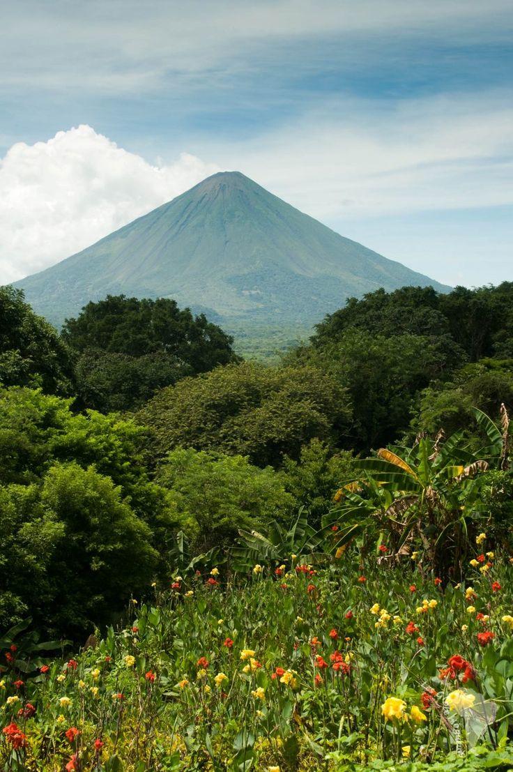 Volcan sur l'île d'Ometepe//Ometepe est une île située dans le lac Nicaragua, au Nicaragua. Elle est constituée de deux stratovolcans, le Concepción, actif, et le Maderas, sans activité historique. Son nom vient du nahuatl : ome et tepetl. Wikipédia