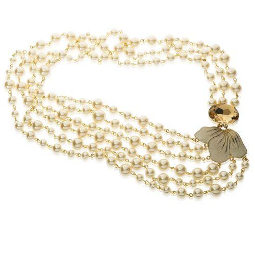 De Liguoro, collana dal design asimmetrico composta da più fili di perle in resina assemblati a mano. Sul punto di chiusura un cristallo ovale è accostato a un dettaglio a fiore. Una cascata di classe attornia il tuo décolleté.