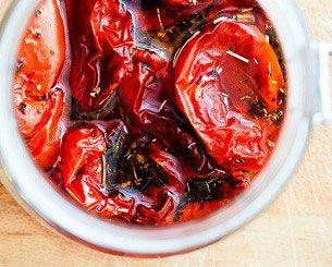 Als u tomaten wilt inleggen moet u de tomaten altijd drogen. In dit recept worden de tomaten in de oven gedroogd. Heeft u een voedseldroger dan kunt u het recept natuurlijk ook maken.