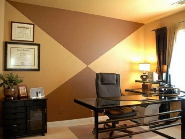 Ufficio con parete beige e marrone