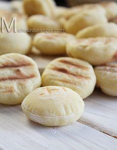 Mini batbout 250 g de semoule extra fine 150 g de farine T 55 ou 45 1 c à c sel 1 c à s levure boulangère sèche ou fraîche