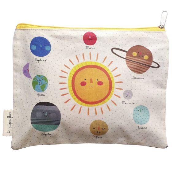 Estuche sistema solar/ Lapipaflor/ Ilustraciones de Ale Oviedo/ Descripción: Tela algodón estampada con reverso celeste oscuro, 24x18 cm/ $7.000