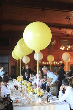 Decoración con globos en las mesas de boda, divertidas y económicas. Unos centros de mesa sencillos con flores, pero agregándole grandes globos a lo largo de las mesas, es sin duda un detalle agradable.