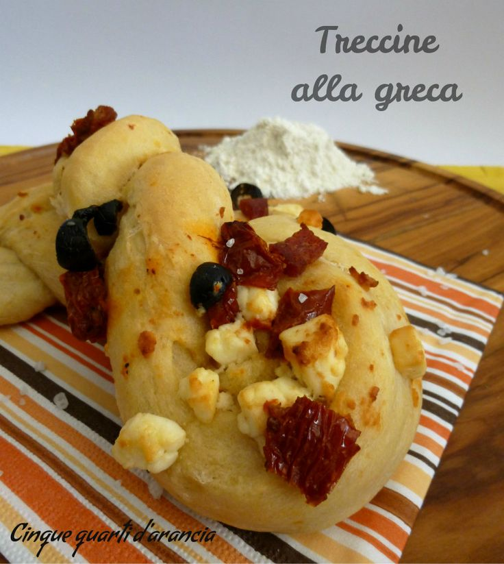Letreccine alla greca sono delle soffici trecce di focaccia arricchite da ingredienti tipici della cucina greca, come la feta e le olive, a cui ho unito d