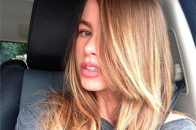 """La actriz colombiana Sofía Vergara se tiñó con tonos más claros, con reflejos dorados, para la llegada del verano, según se puede observar en la foto que la intérprete de """"Modern Family"""" subió este martes a las redes sociales."""