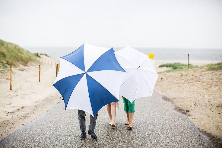 Regenachtige dag tijdens fotoshoot bruiloft Texel #bruidsfotograaf #bruidsfotografie Dario Endara