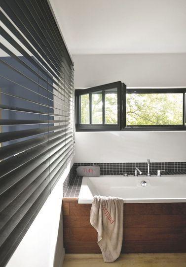Une salle de bains simple et intime dans cette maison de famille au Cap Ferret - Maison au Cap Ferret pour une famille modèle - CôtéMaison.fr