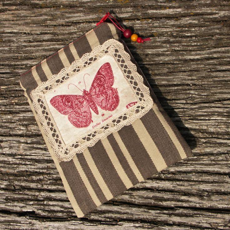 Sbírka motýlů - obal na čtečku knih Motýlí obal na čtečku ( lze použít podle libosti na cokoliv jiného ) vejde se i malá knížka. Je odoben krajkou a dřevěnými korálky. Rozměr 14,5 krát 18,5 cm. Obal je naimpregnován pro lepší odolnost vůdči ušpinění. Údržba : lehce otřít navlhčeným hadříkem, po sundání dřevěných korálků ze zipsu lez prát v pračce.