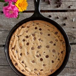Skillet Chocolate Chip Cookie - possibly the best skillet cookie you'll ever eat, with a secret ingredient! Who doesn't love a giant cookie?: Skillet Chocolate, Chocolate Chips, Chocolates, Skillet Cookie, Chocolate Chip Cookie, Skillets, Cast Iron