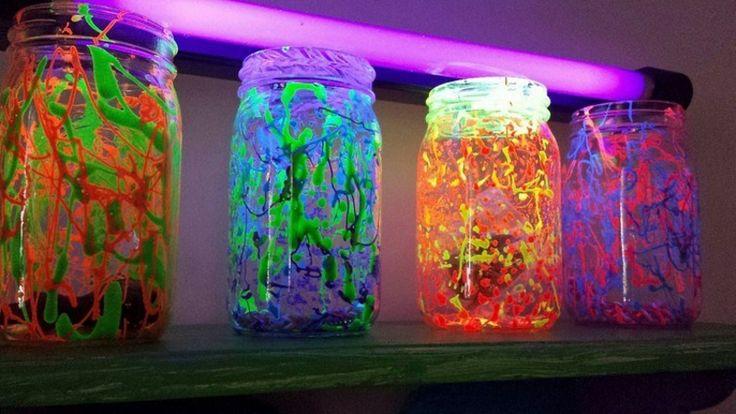 Der Artikel gibt 20 Ideen, wie man eine einzigartige Atmosphäre in seiner Wohnung schaffen kann, indem man fluoreszierende Farbe nutzt.