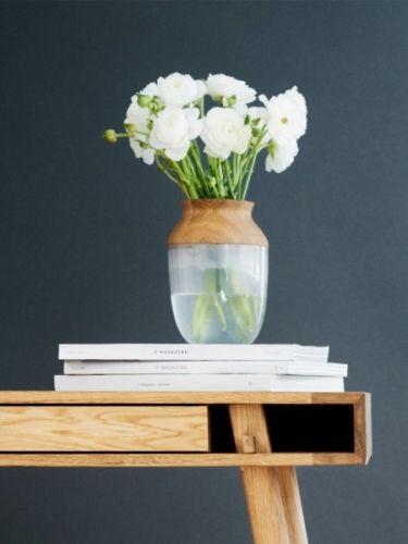 En fantastisk fin vase utenom det vanlige fra danske Nordic-Tales. Symbiosis vasen er et resultat av lekent design og et ønske om å se hvordan to så forskjellige materialer som eik og glass fungerer sammen. Vi mener resultatet er helt unikt og ikke minst superkult. Vasen er todelt og tretoppen sitter løst på glassvasen. Du kan bruke vasen både med og uten tre delen. Det frostede glasset i vasedelen skaper et fantastisk fint spill når du fyller den med vann eller en plante. Bruk d...