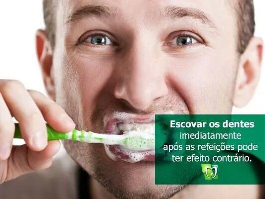 Deve-se esperar no mínimo 30 minutos para escovar os dentes. É o tempo necessário para que a saliva possa agir e neutralizar o pH dos alimentos e bebidas. O ideal seria realizar a escovação antes das refeições e não após pois a função da escovação é desorganizar o biofilme oral e não apenas remover restos de alimentos. #dicas #odonto #dentist #clinica #dentista #dente  #escova #saude #bemestar #dentistry  #limpeza #carie #odontologia #amor #vida #odontoclinicamoderna #almoco #jantar #lanche…
