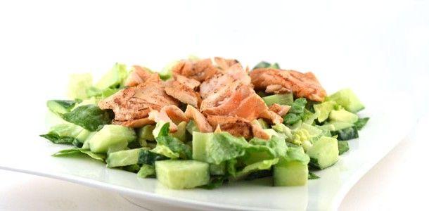 Deze zalm met avocadosalade is een heerlijk gezond gerecht. Zo'n 80% van de Nederlanders eet te weinig vis terwijl het zo lekker is!