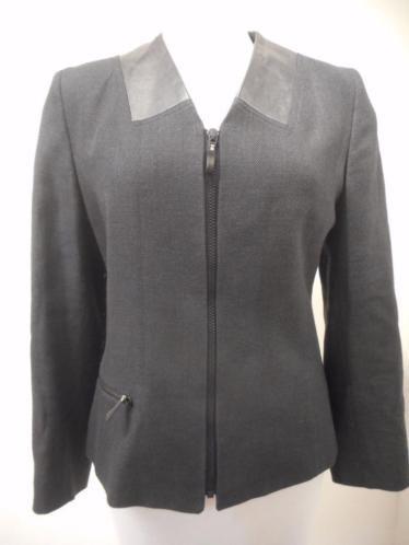 Zwart linnen jasje van ONIMO/JOHN VAN HOUTUM met echt lederen accenten. Maat 38.  Alle items zijn nieuw of niet van nieuw te onderscheiden, tenzij anders aangegeven. De kleding kan in de winkel worden gepast. Bij vragen mail gerust. Op biedingen wordt niet gereageerd.  Vaste prijs € 40,- ruilen/retour niet mogelijk.
