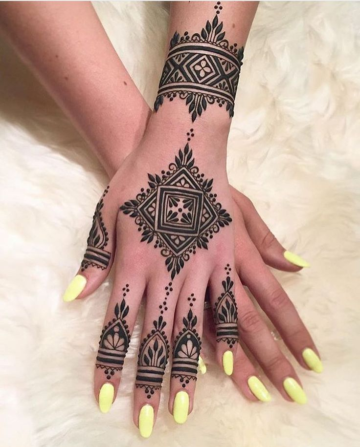 Beautiful and unique henna design. Source unknown.