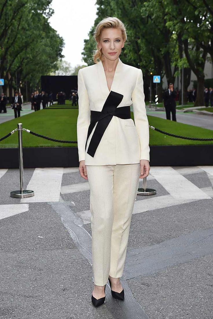 Cate Blanchett con un traje de chaqueta blanco y un cinturón negro, de Armani.