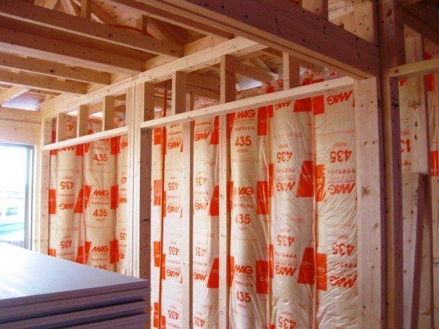 間仕切り壁にグラスウール 断熱材 を入れる効果は 防音効果は