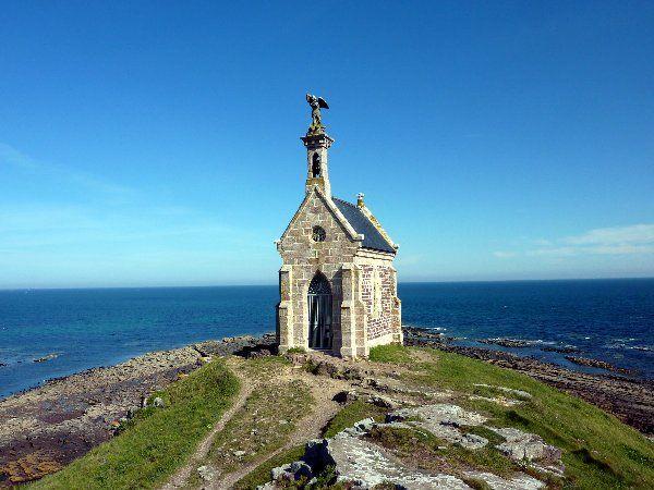 At Killarney's: Carte postale de Bretagne Chapelle Saint Michel - Erquy (Côtes d'Armor - Bretagne - France)