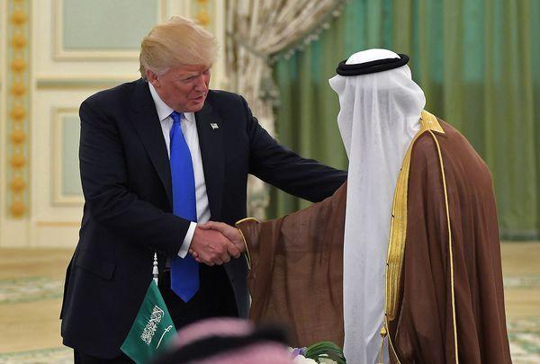 Le président américain s'est rendu dans la monarchie du Golfe persique, ce samedi, pour son premier déplacement à l'étranger depuis son entrée à la Maison Blanche.