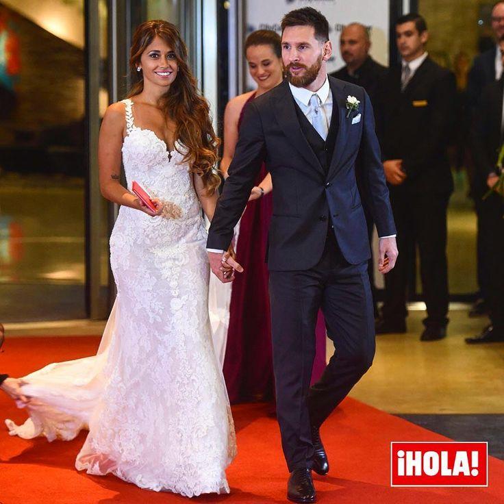 ¡Ya son marido y mujer! @leomessi y @antoroccuzzo88 se han casado este viernes en la bonita ciudad de Rosario, Argentina, donde se conocieron cuando eran unos niños. La pareja ha sellado su amor rodeada de amigos y familiares, aproximadamente 260 asistentes que han presenciado este romántico momento. #leomessi #antonellaroccuzzo #boda