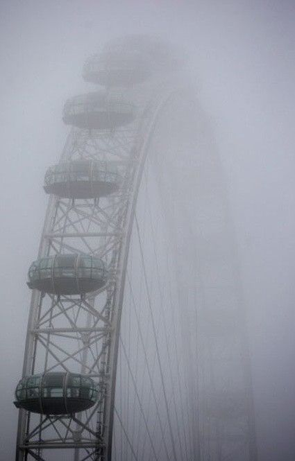 El London Eye entre la niebla londinense