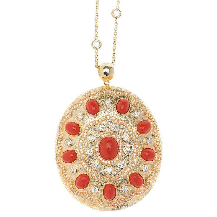 Destacamos el gran medallón bañado en oro y apliques de color coral. Ver más coleccion en www.salvatore.es
