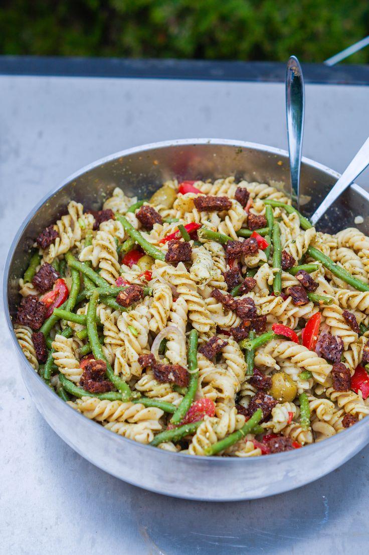 Her er et bud på en pastasalat med hjemmerørt pesto og fedtede ristede rugbrødscroutoner. Pasatasalaten er perfekt til mange gæster, da den er billig og nem