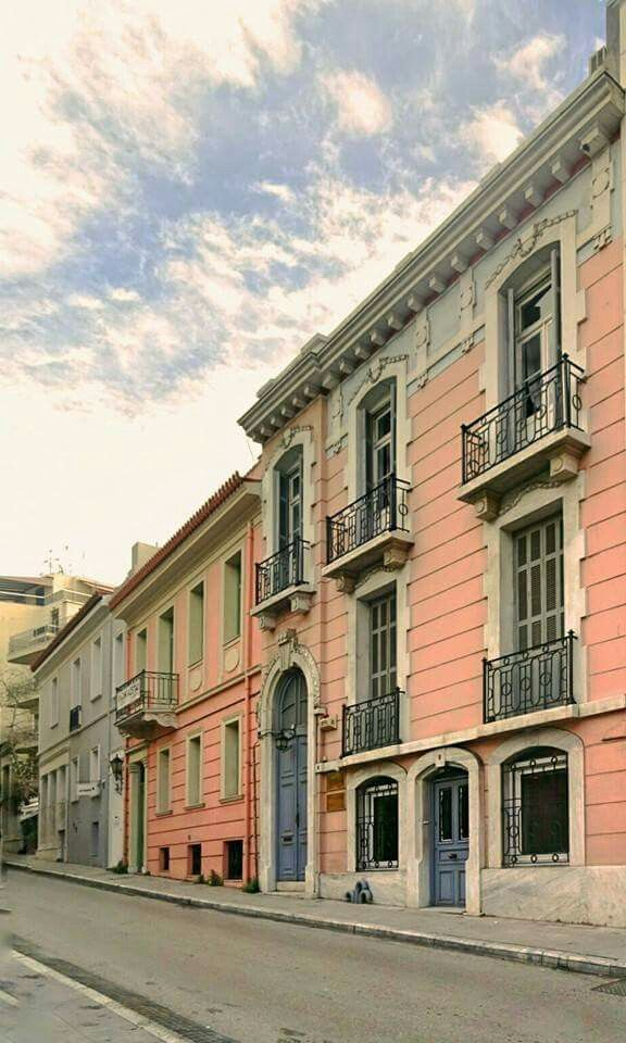 Ναυάρχου Νικοδήμου - μια στραβη γραμμή που συνδέει κρυφά Σύνταγμα με Πλάκα και φιλοξενεί απ τα ωραιότερα σερί κτιρίων σε όλο το εύρος της. In the center of Athens #Greece