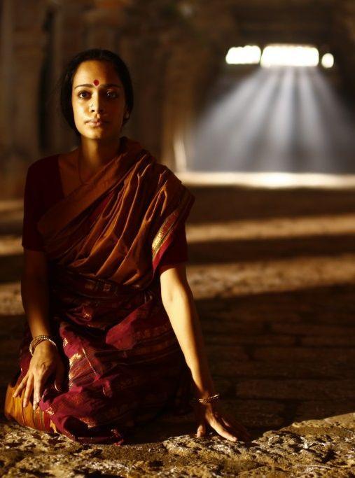 Janaki (Devika Bhise) attende paziente le lettere del giovane marito andato in Inghilterra