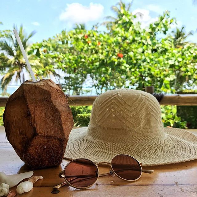 Vacation essentials! 🌴☀️👒 and last but not least, 🕶 from @oliverpeoples - The Row After midnight in all gold everything. Swoon! #BågarOchGlas #OliverPeoples