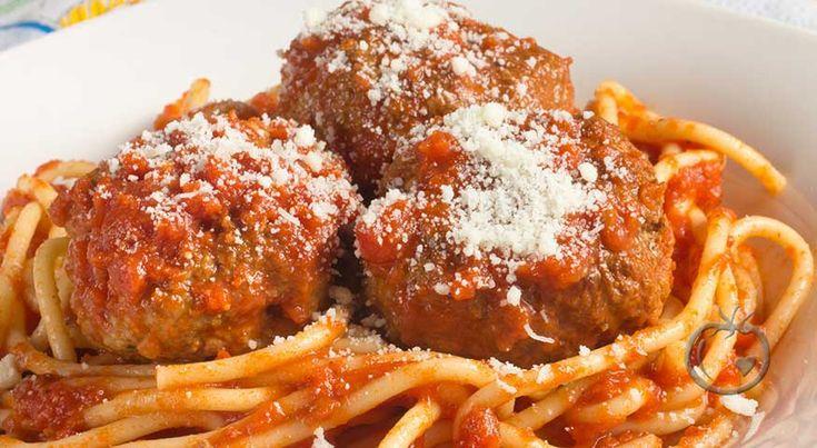 """Kjøttboller med tomatsaus og parmesan  Det er den kjempegode tomatsausen som """"gjør"""" denne pastaretten. Topp med litt frisk basilikum, og suksessen er et faktum. Lag dobbel porsjon tomatsaus og frys ned til siden.  tomatsaus1 stk løk3 båt hvitløk1 stk fennikel3 ss olje2.5 dl rødvin500 g tomat1 ss tomatpure1 boks"""