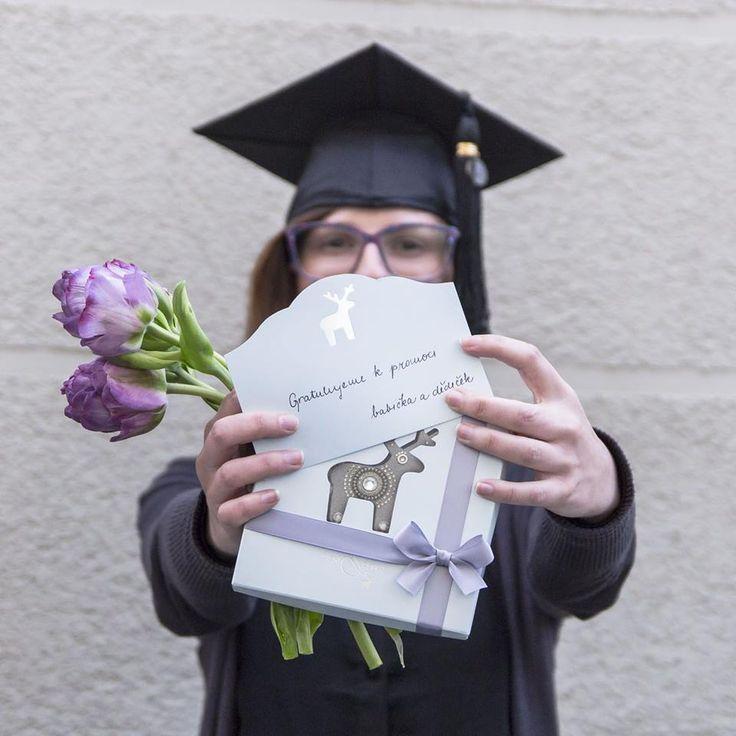 Květen je plný zásadních studijních momentů. Všem, kterých se to týká, držíme palce a těm, co to mají za sebou gratulujeme! Potěšte tu svou bakalářku, inženýrku nebo třeba magistru stejnojmennou broží s věnováním.