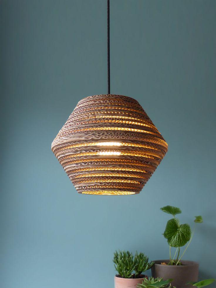 Bekijk deze kartonnen lamp op https://luuxoo.nl/winkel/lamp-van-karton-ombo-light/ Ombo Light heeft een speels lichtpatroon. Door het karton schijnt warm en sfeervol licht. Je kunt meerdere lampen combineren.