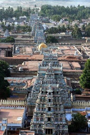 Srirangam templo Este templo se goza en el Divya Prabandham, la temprana literatura medieval Tamil canon de los santos Alvar desde el 6 al 9 de CE de los siglos y está dedicado a Vishnu. Es uno de los templos más ilustres en la India.