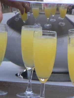 SOUPE DE CHAMPAGNE.                      1 louche de cointreau (ou triple sec, grand marnier)  -1 bouteille de champagne  -1 louche de jus de citrons jaunes ou verts  -1 louche sirop sucre canne ou poudre  Les ingrédients doivent être stockés au frais.  Mélanger doucement dans une grande coupe à punch. Servez à la louche.  Décor : framboises, litchees, melon, cerises surgelés.  pour bleu : Curaçao.  Idée : faire à l'avance des glaçons avec le mélange des liquides (hors champagne).