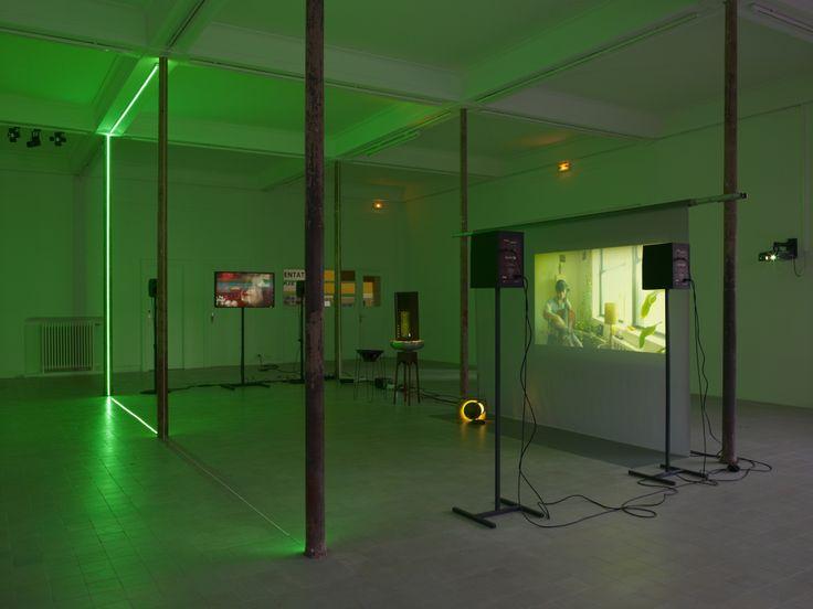 Haroon Mirza, The Calling, 2013-2014 Installation sonore Boomer, trépied métallique, haut-parleurs, vidéos, LED, radios, suspension lumineuse, lampe, bambou, moniteurs et technique mixte, Courtesy Lisson Gallery, Londres, ©Marc Domage