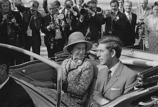 La reina Isabel II con el príncipe Carlos, su hijo mayor