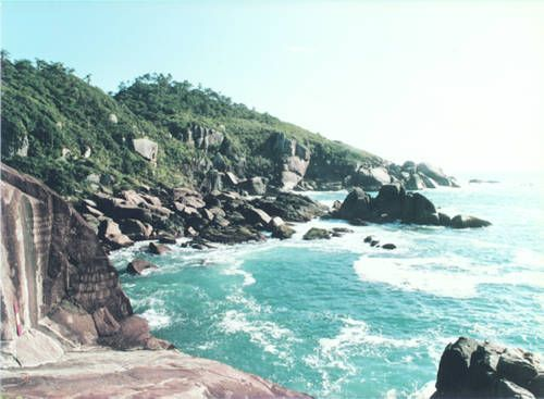 Vista panorâmica, tendo em primeiro plano a parte esquerda do Painel do Triste, e, ao fundo, os pesqueiros do Letreiro, do Conforto e do Saco do Rosa. Agosto de 1986.