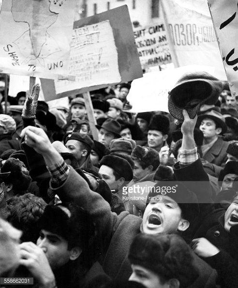 Manifestation devant l'ambassade de Belgique en protestation contre les assassinats des Congolais Patrice Lumumba et de ses camarades d'armes par les colons belges, à Moscou, URSS le 14 février 1961.