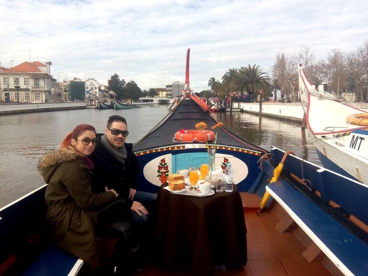 Pequeno almoço romântico a bordo de um barco moliceiro em Aveiro