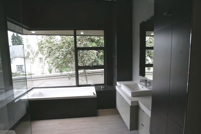 The full picture of this stunning contemporary  bathroom.