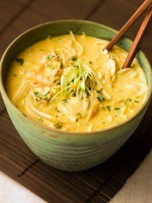 Thaise kerriesoep:Heerlijke gevulde thaise soep, gemakkelijk en snel te bereiden. Ingrediënten: 4 personen 2 kipfiliets in stukjes 1 ui 2 theelepels knoflookpoeder 1 prei 1 winterpeen 2 theelepels gemalen laurierblad zwarte peper fleur de sel zeezout 2 a 3 kippenbouillon blokjes 2 eetlepels curry 2 theelepels swink