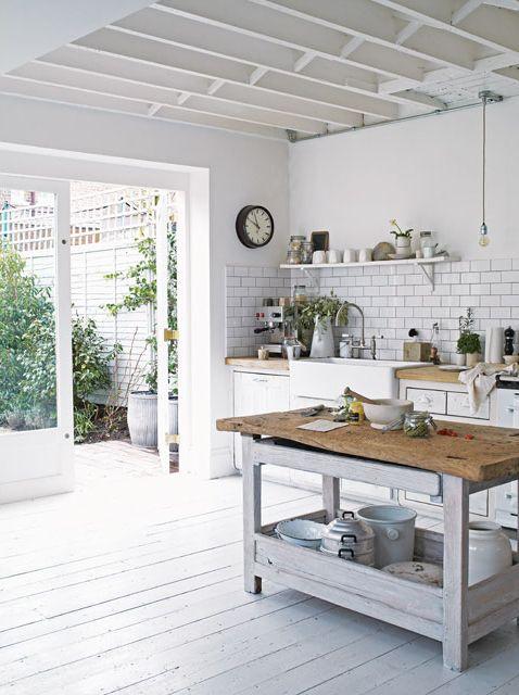 Cocina rústica en blanco y madera, integrada al jardín. Parte de la maravillosa casa del fotógrafo Paul Massey en Parsons Green, Londres. Fotos gentileza Paul Massey