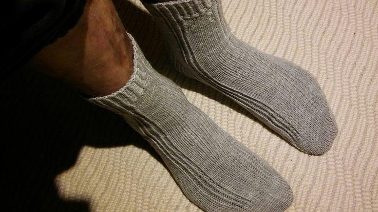 Ukki löysi neulekorista juuri hänelle sopivat sukat. Hupsista 😊