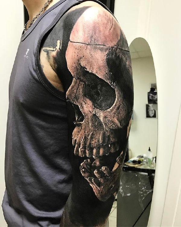 .  . Dunkel, noch dunkler, Sandry's Tattoos Der französische Tattoo-Künstler Sandry Riffard erschafft düstere Meisterwerke der absoluten Extraklasse. Im idylischen Städtchen Auvergne designed Sandry regelmäßig epische Kunstwerke auf der Haut seiner Kunden. Und dabei kann es für ihn gar nicht …